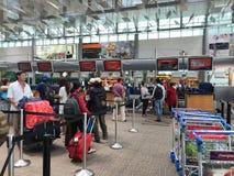 Folk på terminalen 3 på den Changi flygplatsen i Singapore Arkivfoton