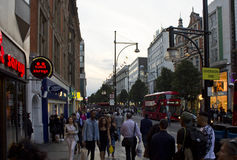 Folk runt om den Oxford gatan i London Royaltyfria Bilder