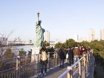Folk runt om statyn av frihet på stranden Arkivbilder