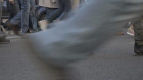 Folk` s lägger benen på ryggen att gå på gatan lager videofilmer