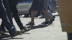 Folk` s lägger benen på ryggen att gå på gatan arkivfilmer
