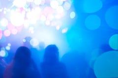Folk silhouettes i festlig atmosfär. Royaltyfria Bilder