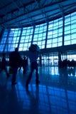 Folk silhouettes på flygplatsen royaltyfri fotografi