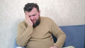 Folk-, sjukvård-, tandläkekonst- och problembegrepp - olycklig skäggig manlidandetandvärk hemma stock video