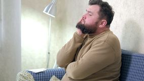 Folk-, sjukvård-, tandläkekonst- och problembegrepp - olycklig skäggig manlidandetandvärk hemma lager videofilmer