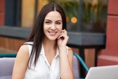 Folk, skönhet, livsstil och rekreationbegrepp Den härliga brunettkvinnlign med angenämt leende, har lockande utseende, sitter ag arkivfoton