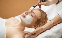 Folk-, sk?nhet-, cosmetology- och behandlingbegrepp - som ?r n?ra upp av royaltyfri fotografi
