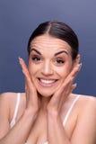 Folk-, skincare- och skönhetbegrepp - framsida av den härliga lyckliga yoen arkivbild