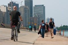Folk som är aktivt längs Chicago Shoreline royaltyfri fotografi