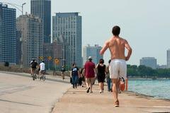 Folk som är aktivt längs Chicago Shoreline arkivfoto