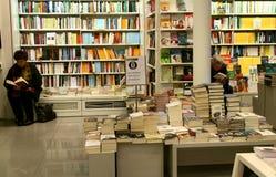 Folk som är läs- i en bokhandel i Italien Arkivbild