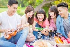Folk som är lyckligt på en picknick royaltyfri bild