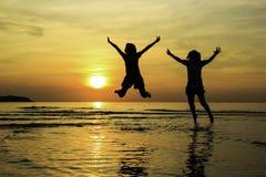 Folk som är lyckligt på soluppgång Royaltyfri Bild