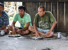 Folk som äter med händer i chitwan, Nepal Arkivbilder