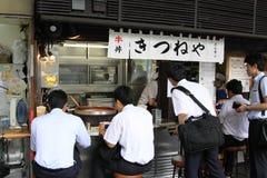 Folk som äter på en gatarestaurang, Tokyo Arkivfoton