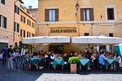 Folk som äter traditionell italiensk mat Arkivfoton