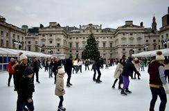 Folk som åker skridskor på is på Somerset House Christmas Ice Rink London Förenade kungariket, December 2018 royaltyfria foton