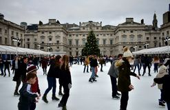 Folk som åker skridskor på is på Somerset House Christmas Ice Rink London Förenade kungariket, December 2018 royaltyfria bilder