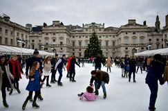 Folk som åker skridskor på is på Somerset House Christmas Ice Rink London Förenade kungariket, December 2018 royaltyfri foto