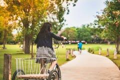 Folk som övar, genom att cykla i aftonen royaltyfria foton
