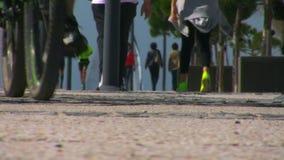 Folk som övar och att gå, jogga som kör stock video