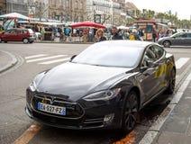 Folk som adimiring den härliga Tesla modellen S Arkivbild