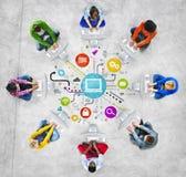 Folk som använder datorer med sociala massmediasymboler royaltyfri illustrationer