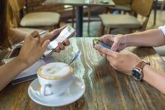 Folk som använder den smarta smartphonen royaltyfri fotografi