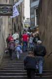 Folk som använder en nära gränd under Edinburgfransfestivalen Arkivbild