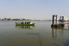 Folk som använder färjan till över floden Royaltyfria Bilder