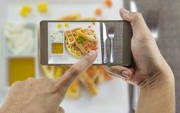 Folk som använder mobiltelefonen som tar fotoet av färgrika dillandear royaltyfri fotografi