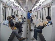 Folk som använder telefoner i tunnelbanan Fotografering för Bildbyråer