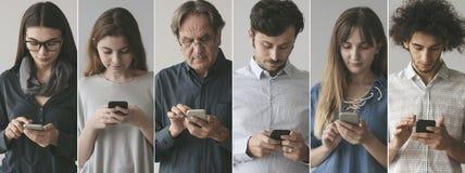 Folk som anv?nder mobiltelefonen royaltyfria foton