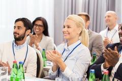 Folk som applåderar på affärskonferensen arkivfoto
