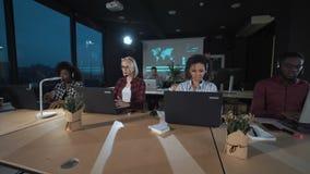 Folk som arbetar i appellmitt på natten stock video