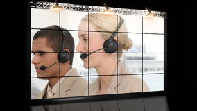 Folk som arbetar i en call center arkivfilmer