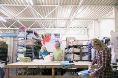 Folk som arbetar i en textilfabrik Arkivfoton