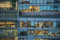 Folk som arbetar i en upptagen kontorsbyggnad Arkivfoton