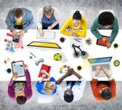 Folk som arbetar i kontorsfoto- och illustrationbegreppet fotografering för bildbyråer