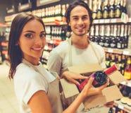 Folk som arbetar i supermarket Fotografering för Bildbyråer