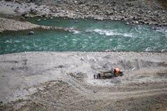 Folk som arbetar på banken av en flod i Nepal arkivfoto