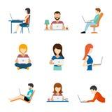 Folk som arbetar på datorlägenhetsymboler royaltyfri illustrationer