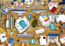 Folk som arbetar på den smutsiga tabellen i foto och illustration vektor illustrationer