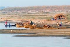 Folk som arbetar på en liten fiskareby på floden Ayeyarw Royaltyfri Foto