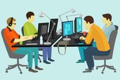 Folk som arbetar på skrivbordet Royaltyfri Bild