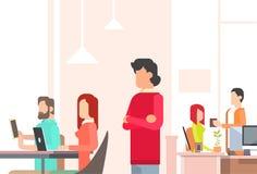 Folk som arbetar utrymme för kontor för Coworking mitt öppet royaltyfri illustrationer