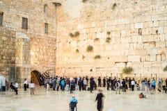Folk som att närma sig den västra väggen I Jerusalem Royaltyfri Fotografi