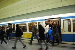 Folk som av får gångtunneldrevet i Munich, Tyskland Fotografering för Bildbyråer