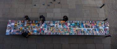 Folk som avläser fynden på bokmarknaden Royaltyfria Bilder