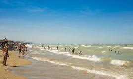 Folk som badar i Adriatiskt havet på Silvi Marina Arkivfoto